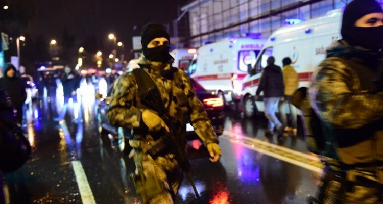 Turkish special force police officers and ambulances are seen at the site of an armed attack January 1, 2017 in Istanbul. At least two people were killed in an armed attack Saturday on an Istanbul nightclub where people were celebrating the New Year, Turkish television reports said. / AFP PHOTO / YASIN AKGUL