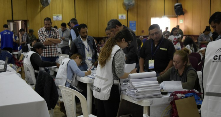Members of the National Electoral Council count votes in Quito on February 21, 2017.  The delay in the release of the results of Sunday's elections generated impatience among opponents to Ecuadorean President Rafael Correa. / AFP PHOTO / RODRIGO BUENDIA