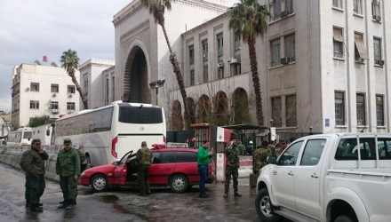Syrian security forces cordon off the area following a reported suicide bombing at the old palace of justice building in Damascus on March 15, 2017. A suicide bomber attacked the courthouse in the centre of the Syrian capital, killing at least 25 people and wounding others, state media reported. / AFP PHOTO / STRINGER