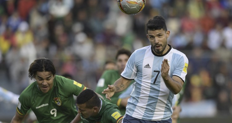 Argentina's Sergio Aguero (R) vies for the ball with Bolivia's forward Marcelo Martins (L) during their 2018 FIFA World Cup qualifier football match in La Paz, on March 28, 2017. / AFP PHOTO / JUAN MABROMATA