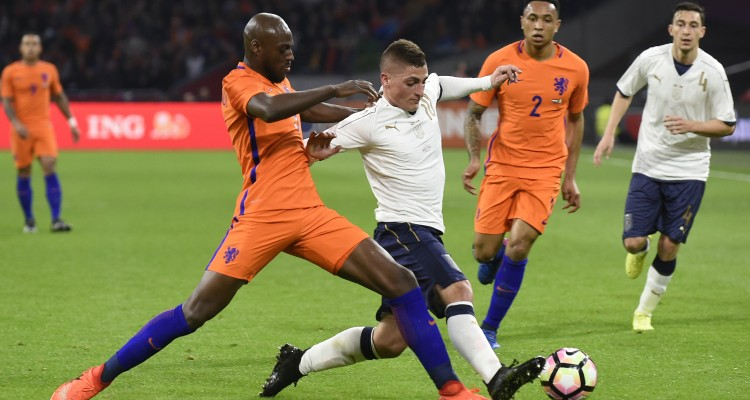 Netherland's Bruno Martins Indi (L) vies Italy's Marco Verratti (R) during the friendly football match between The Netherlands and Italy at the Arena Stadium, on March 28, 2017 in Amsterdam. / AFP PHOTO / JOHN THYS