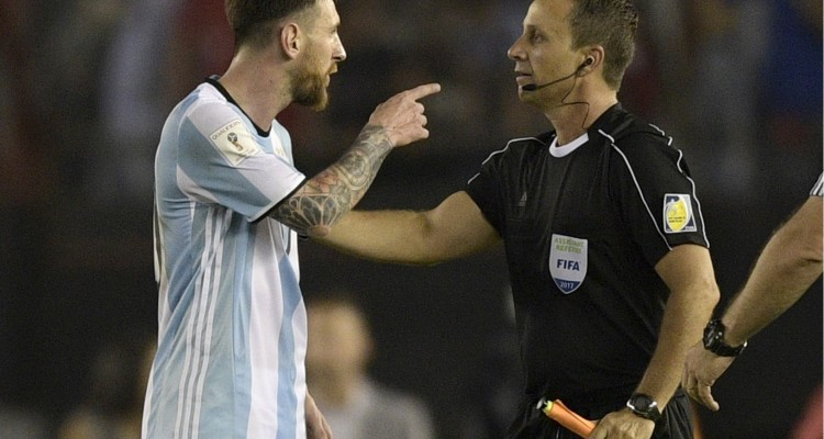 Argentina's forward Lionel Messi (L) argues with first assistant referee Emerson Augusto de Carvalho at the end of their 2018 FIFA World Cup Russia South American qualifier football match against Chile, at the Monumental stadium in Buenos Aires, on March 23, 2017.  The FIFA on March 28, 2017 suspended Messi for four Argentina games. / AFP PHOTO / JUAN MABROMATA