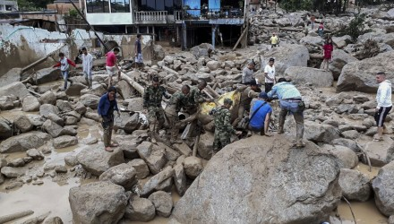 Handout picture released by the Colombian Army press office showing soldiers carrying a corpse following mudslides caused by heavy rains, in Mocoa, Putumayo department, on April 1, 2017. Mudslides in southern Colombia -caused by the rise of the Mocoa River and three tributaries- have claimed at least 16 lives and injured some 65 people following recent torrential rains, the authorities said.   / AFP PHOTO / EJERCITO DE COLOMBIA / HO / RESTRICTED TO EDITORIAL USE - MANDATORY CREDIT AFP PHOTO /  EJERCITO DE COLOMBIA - NO MARKETING - NO ADVERTISING CAMPAIGNS - DISTRIBUTED AS A SERVICE TO CLIENTS