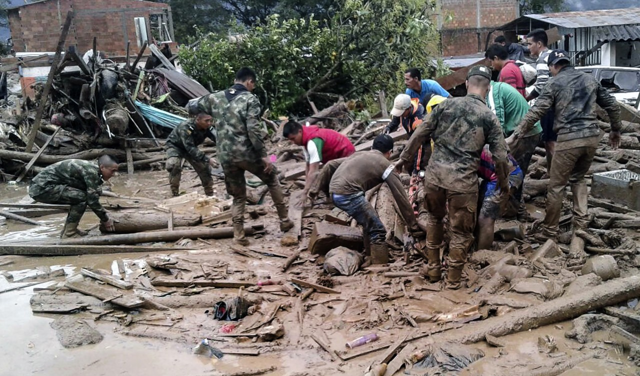 Handout picture released by the Colombian Army press office showing soldiers searching for victims following mudslides caused by heavy rains, in Mocoa, Putumayo department, on April 1, 2017. Mudslides in southern Colombia -caused by the rise of the Mocoa River and three tributaries- have claimed at least 16 lives and injured some 65 people following recent torrential rains, the authorities said. / AFP PHOTO / EJERCITO DE COLOMBIA / HO / RESTRICTED TO EDITORIAL USE - MANDATORY CREDIT AFP PHOTO / EJERCITO DE COLOMBIA - NO MARKETING - NO ADVERTISING CAMPAIGNS - DISTRIBUTED AS A SERVICE TO CLIENTS