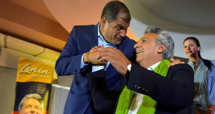 Ecuadorean President Rafael Correa (L) hugs the presidential candidate of the ruling Alianza PAIS party, Lenin Moreno, as they listen to the first results of the runoff election, in Quito on April 2, 2017. / AFP PHOTO / RODRIGO BUENDIA