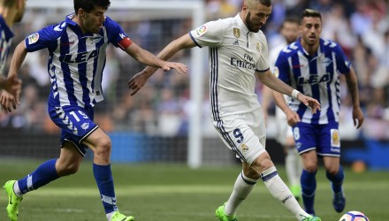 Real Madrid's French forward Karim Benzema (2R) vies with Deportivo Alaves' midfielder Manu Garcia (L) during the Spanish league football match Real Madrid CF vs Deportivo Alaves at the Santiago Bernabeu stadium in Madrid on April 2, 2017. / AFP PHOTO / JAVIER SORIANO