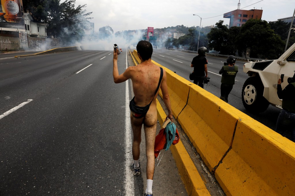 2017-04-20T192459Z_1391872143_RC16F51BCF90_RTRMADP_3_VENEZUELA-POLITICS-PROTESTS
