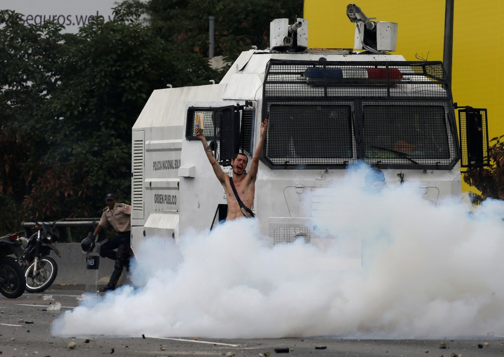 2017-04-20T194203Z_502881766_RC153780F2A0_RTRMADP_3_VENEZUELA-POLITICS-PROTESTS