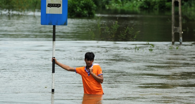A Sri Lankan man stands in floodwaters in Bulathsinhala in Kalutara district on May 27, 2017. Rainfall on May 26 triggered the worst flooding and landslides in 14 years in the southern and western parts of the island, authorities said. The Disaster Management Centre (DMC) said 103 people were confirmed killed while another 113 were missing.  / AFP PHOTO / LAKRUWAN WANNIARACHCHI