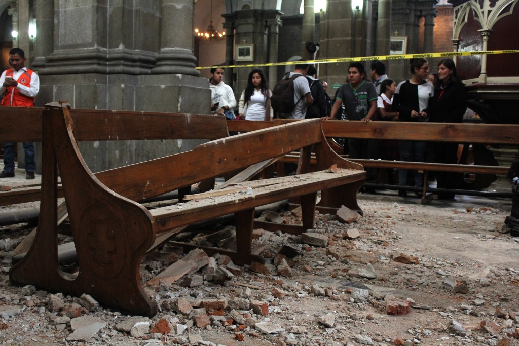 View of damage caused inside a church by an earthquake in Quetzaltenango, 220 km from Guatemala City, on June 14, 2017.  A strong 6.9 magnitude earthquake hit western Guatemala early on Wednesday, killing at least two persons and causing power cuts, as well as damage to some buildings, officials said. / AFP PHOTO / MISAEL LOPEZ