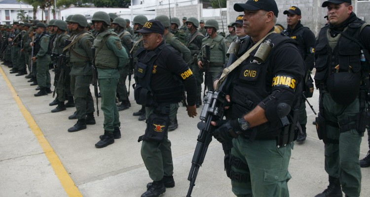 Venezuelan soldiers take part in a special deployment close to the border with Colombia, at San Antonio in Tachira state, Venezuela August 20, 2015. Venezuela's President Nicolas Maduro late Wednesday ordered two border crossings to Colombia closed for 72 hours after a shoot-out left three soldiers injured. The members of the military were attacked during an anti-smuggling operation in the Venezuelan border town of San Antonio in the state of Tachira, according to the government. REUTERS/Carlos Eduardo Ramirez