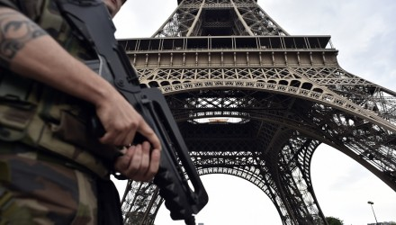 (FILES) This file photo taken on July 20, 2016 shows an armed French soldier of the 35th RAP (35e regiment d'artillerie parachutiste), part of Operation Sentinelle, patrolling under at the Eiffel tower in Paris. A man arrested at the Eiffel Tower brandishing a knife has told investigators he wanted to attack a soldier, a source close to the case told AFP on August 6, 2017. The incident happened late on Saturday night. / AFP PHOTO / ALAIN JOCARD