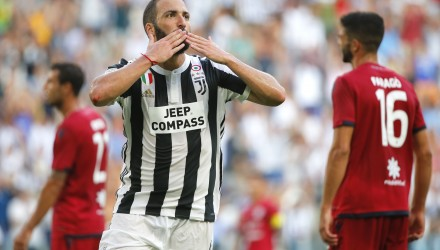 Juventus' Argentinian forward Gonzalo Higuain  celebrates after scoring a goal during the Italian Serie A football match Juventus vs Cagliari on August 19, 2017 at the Allianz Stadium in Turin. / AFP PHOTO / Marco BERTORELLO