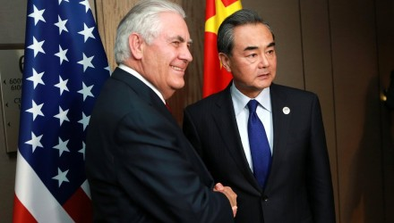FRM702. Manila (Philippines), 06/08/2017.- Chinese Foreign Minister Wang Yi (R) shakes hands with US Secretary of State Rex Tillerson (L) during their bilateral meeting on the sidelines of the Association of South East Asian Nations (ASEAN) Foreign Ministersí Meeting (AMM) and Related Meetings in Manila, Philippines, 06 August 2017. Top diplomats from 27 countries gather in Manila for the 50th Association of South East Asian Nations (ASEAN) Foreign Ministers' Meeting (AMM) and Related Meetings from 02 to 08 August with the theme 'Partnering for Change, Engaging the World', to promote unity with and among ASEAN member states and its global partners. The ASEAN meetings is expected to result in a joint communique that will address matters related to disputed islands in the South China Sea. (Filipinas) EFE/EPA/ROUELLE UMALI / POOL