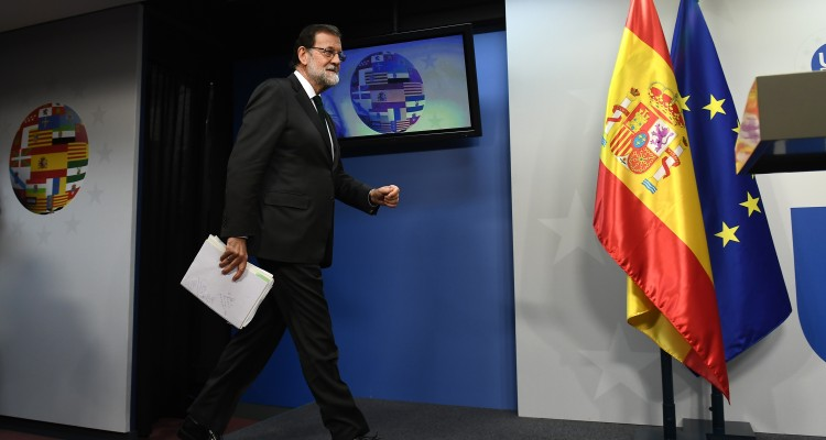 Spain's Prime Minister Mariano Rajoy arrives to address a press conference at the end of an European leaders' summit in Brussels on October 20, 2017.  / AFP PHOTO / EMMANUEL DUNAND