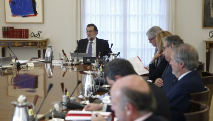 """Spanish Prime Minister Mariano Rajoy (L) chairs a cabinet meeting at La Moncloa palace in Madrid on October 27, 2017. Spanish Prime Minister Mariano Rajoy said today his government had dissolved the Catalan parliament and called regional elections on December 21 under sweeping powers approved by the Senate to stop a secessionist movement in Catalonia. Rajoy said he had also removed Catalonia's separatist leader Carles Puigdemont and his executive from office as part of measures to """"recover normality"""" after the Catalan parliament earlier today voted to declare independence.  / AFP PHOTO / POOL / Diego Crespo"""