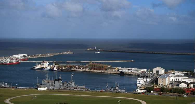 View of Argentina's Navy base in Mar del Plata, on the Atlantic coast south of Buenos Aires, on November 20, 2017.  Argentina's navy revealed Monday that a submarine missing for five days reported a mechanical breakdown in its final communication, and that weekend signals did not come from the vessel, dimming hopes for its 44 crew members. / AFP PHOTO / EITAN ABRAMOVICH