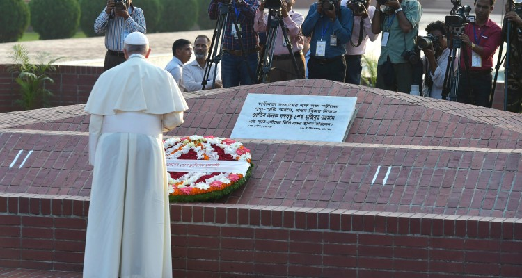 "This handout picture released by the Vatican press office shows Pope Francis laying a floral wreath on November 30, 2017 during a vist to the National Martyrs' memorial of Bangladesh in Savar, some 30 km from Dhaka.   / AFP PHOTO / OSSERVATORE ROMANO / HO / RESTRICTED TO EDITORIAL USE - MANDATORY CREDIT ""AFP PHOTO / OSSERVATORE ROMANO"" - NO MARKETING NO ADVERTISING CAMPAIGNS - DISTRIBUTED AS A SERVICE TO CLIENTS"