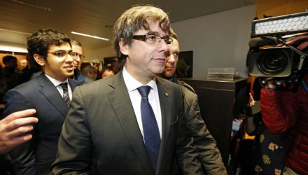 Dismissed Catalonia's leader Carles Puigdemont (C) arrives to address media representatives at The Press Club in Brussels on October 31, 2017.  Puigdemont, dismissed by the Spanish government on October 27, after Catalonia's parliament declared independence, reportedly drove hundreds of kilometres (miles) to Marseille in France and then flew to Belgium. / AFP PHOTO / BELGA / NICOLAS MAETERLINCK / Belgium OUT